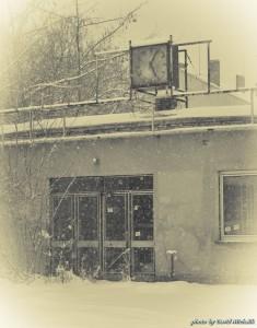 Hodiny u opuštěné továrny - vzpomínka na staré časy