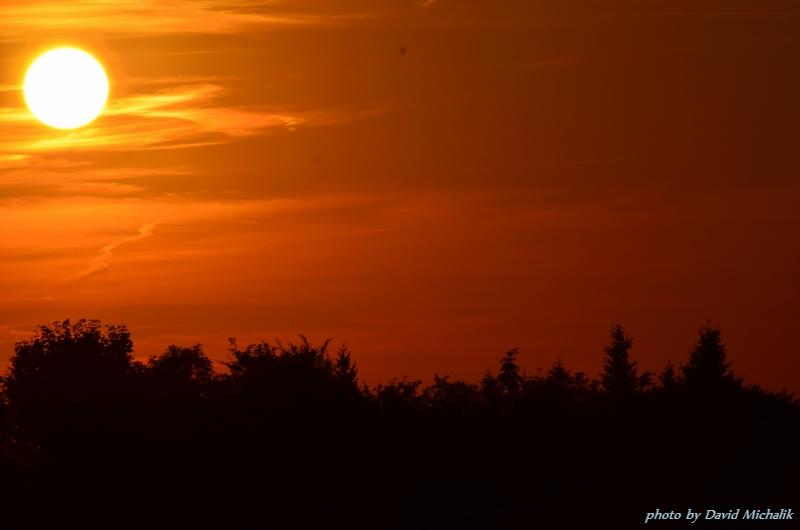 Západ slunce - tentokrát méně podexponovaný. Všimněte si rušivých čar kolem slunce od letadel