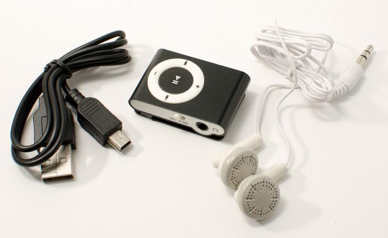 Balení kromě MP3 přehrávače obsahuje i sluchátka a USB kabel
